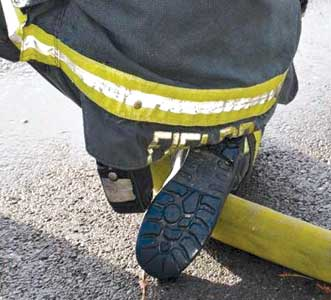 (4). Attention must be paid to keeping the hose pinned.