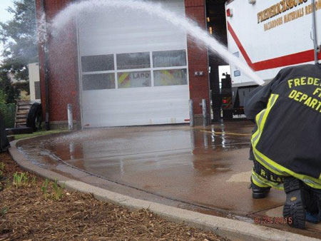 (7) The water is applied in the same manner, only this time personnel use a 15⁄16-inch smooth bore nozzle pumping at 40-psi nozzle pressure. Pumping the line at this nozzle pressure gave us a flow of approximately 165 gpm.