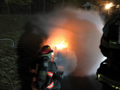(4) Firefighters prepare to use a fog stream to control the fire and shut off the valve to extinguish the fire.