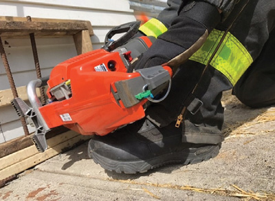 (2) The saw is placed onto the boot and supported. Do not place the muffler on the boot; it can cause damage or injury.