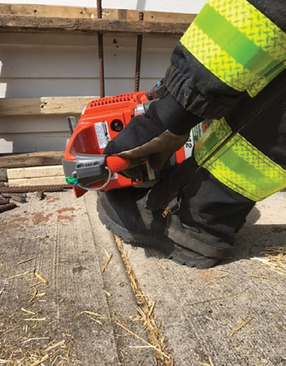 (3) Lifting the front of the boot will allow you to operate at different heights and help support the saw.