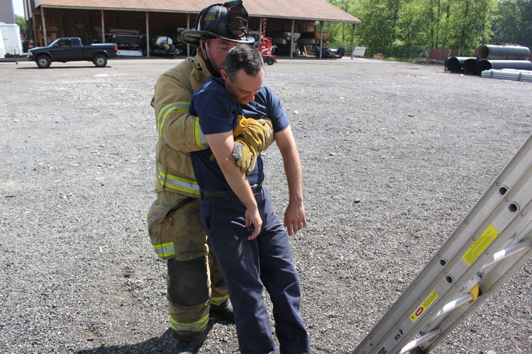 Grip to remove victim to EMS personnel