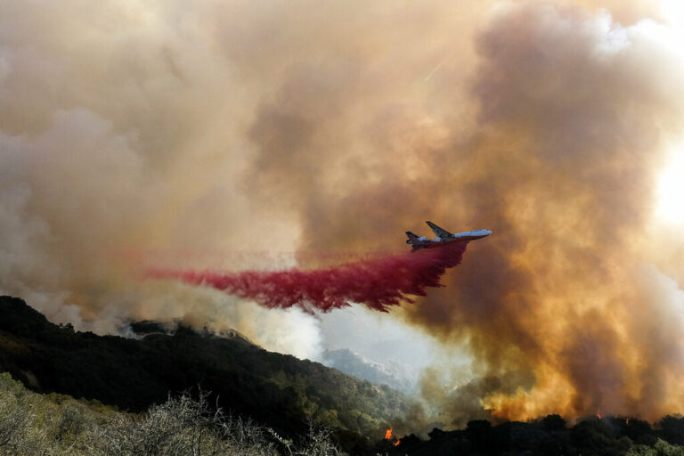 CA Firefighters, Aircraft Try to Box in Wildfire